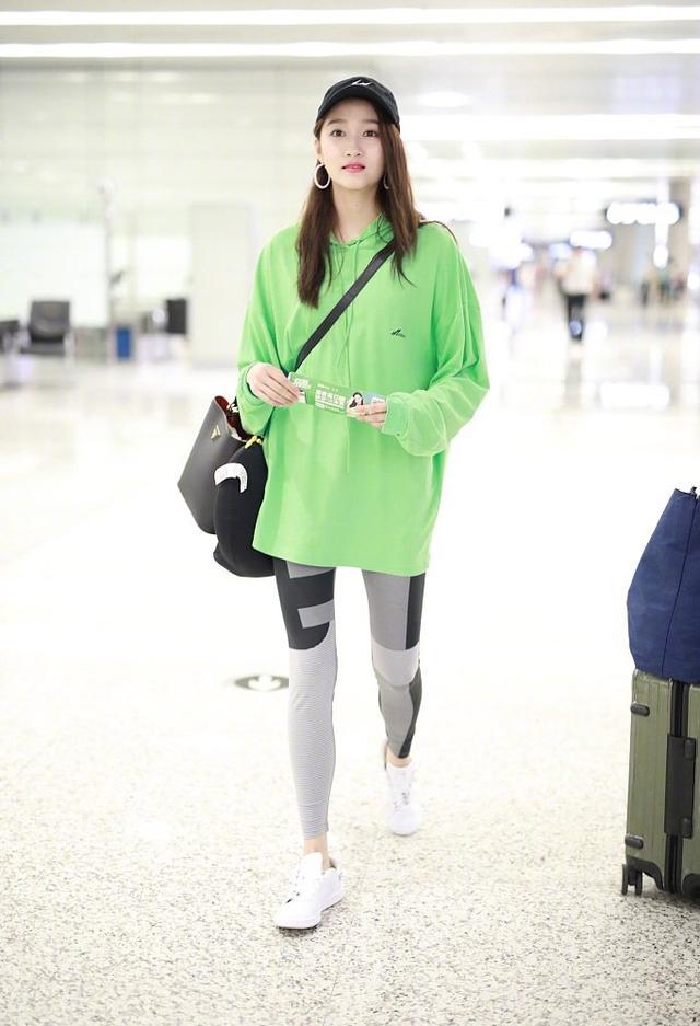 <b>173cm关晓彤和168cmbaby走机场,同穿T恤配紧身裤,这长腿不得了</b>