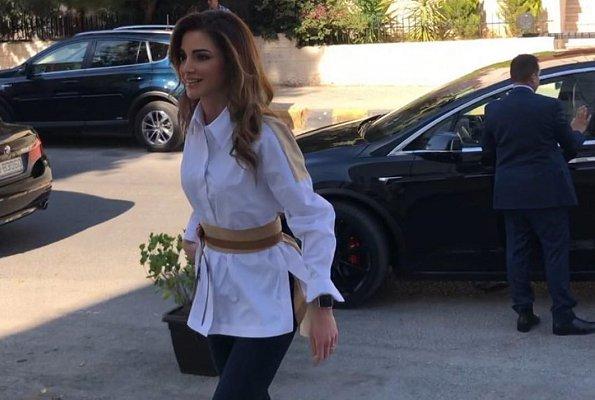 49岁约旦王后拼接衬衫配小黑裤气质太好!比同岁梅拉尼娅年轻甜美
