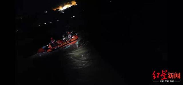 <b>四川绵阳暴雨河水上涨致3名群众被困 消防紧急救援</b>