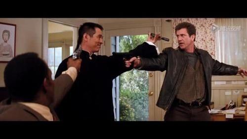 李连杰一秒拆手枪,用蛮力直接拔下套筒,现实中真能这样吗?