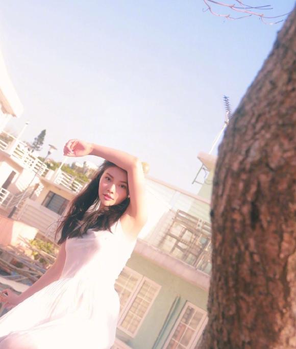 大嫂徐冬冬穿衣搭配,白色吊带裙配上直发,给人的感觉仙气飘飘清新感!