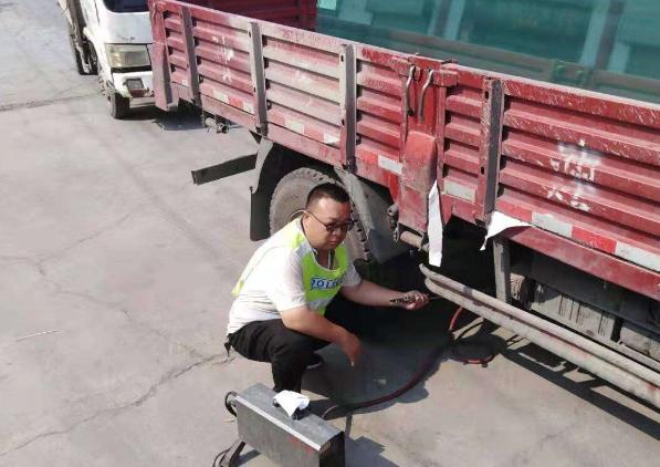 河南辉县市控车办冒酷暑检测柴油货车尾气