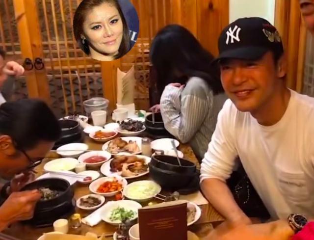 钟镇涛聚餐被粉丝认出微笑营业,小20岁娇妻素颜忙遮脸