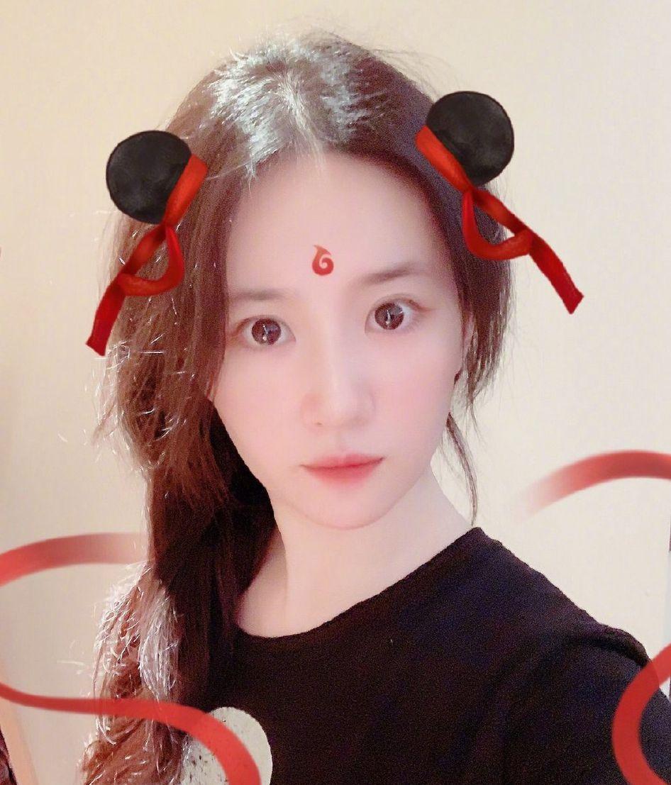 """<b>木兰变哪吒?刘亦菲扎丸子头卖萌自称""""la Zhua""""好看</b>"""