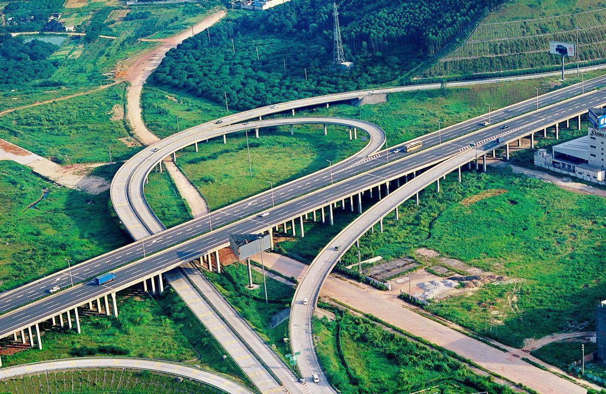 山东在建一条高速公路,长约156公里,双向4车道,预计2020年通车