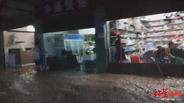半夜暴雨来袭洪水突涨1.5米 听到呼救声众人敲窗救人