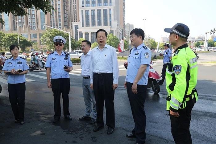 信阳市副市长侯钦东慰问高温下一线执勤交警