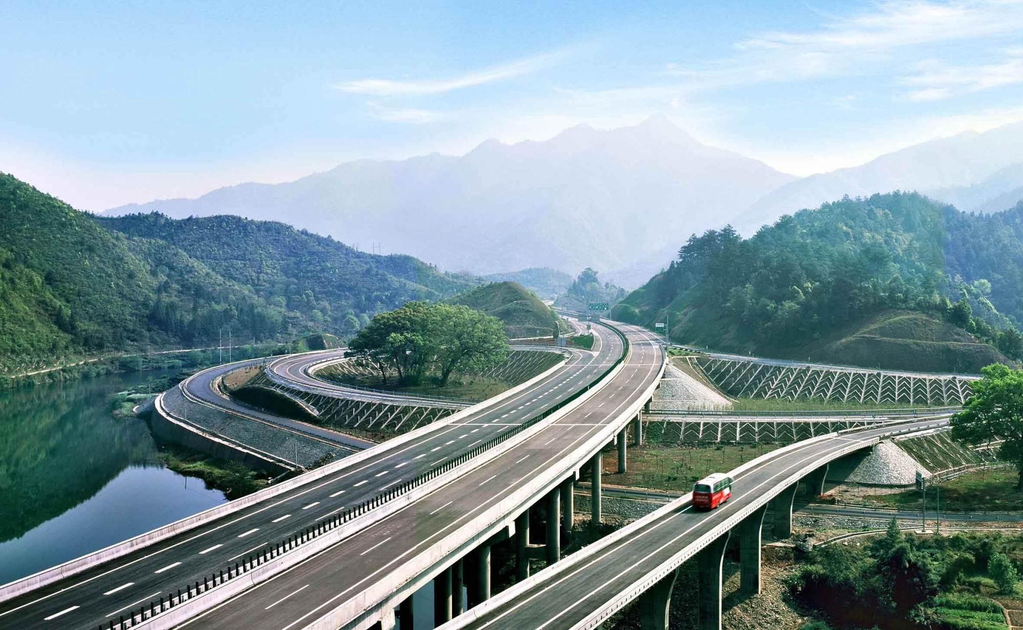 广东在建一条高速公路,双向6车道,长56.13公里,预计2020年通车