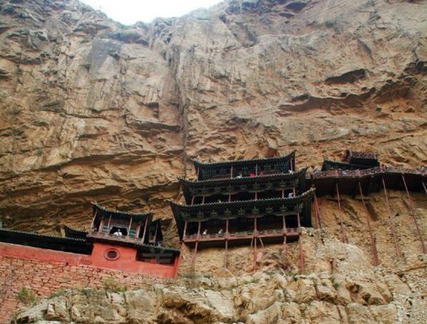 山西有个悬空寺,以木棍支撑在绝壁上,历经1500年风雨仍屹立不倒