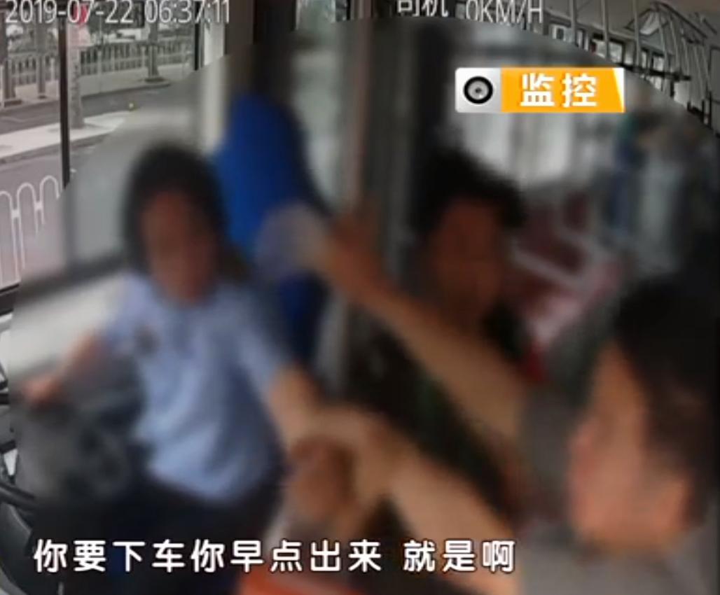 北京又出抢夺公交方向盘案件!嫌疑人竟是医生,闹完还跳窗跑了!