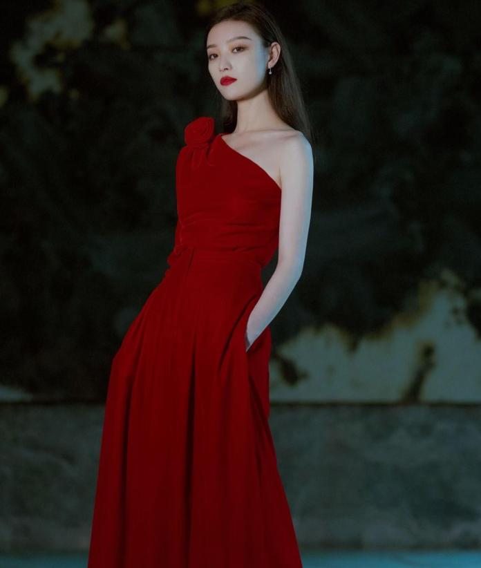 倪妮穿红色长裙明艳妩媚 ,大秀锁骨魅力十足,浑身散发着古典美人感