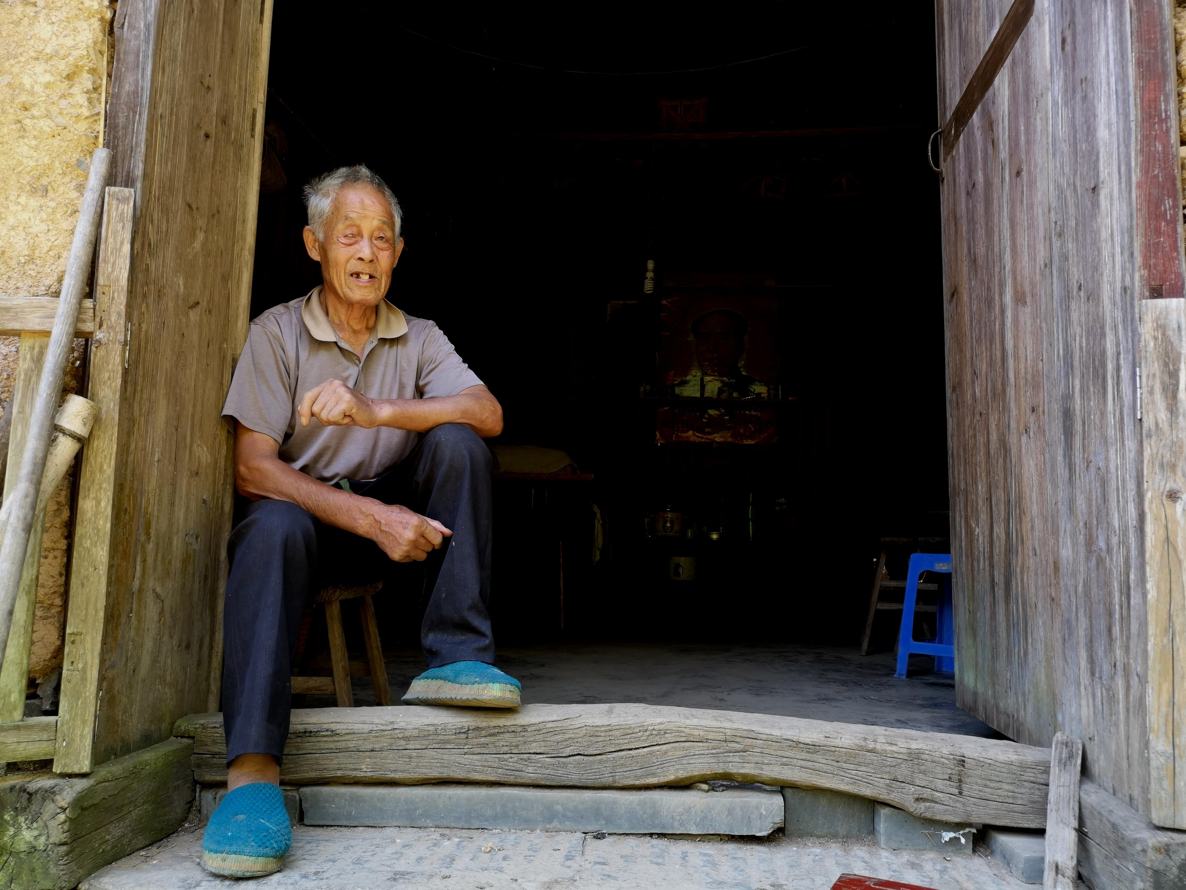一个古稀老人  独守一个村庄