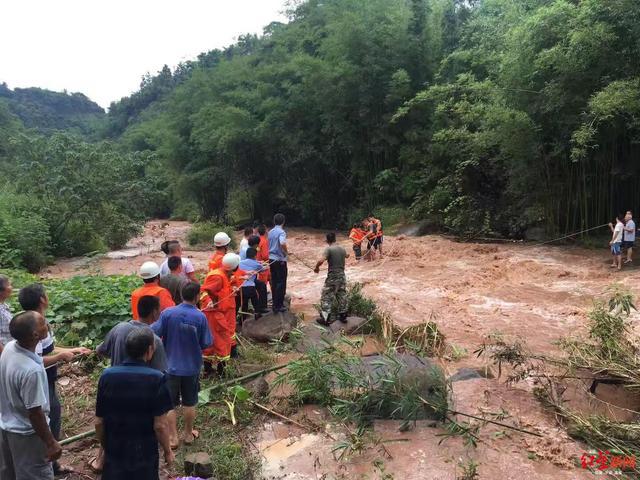 宜宾母子摘菜返家途中遇山洪爆发被困 民警消防飞索施救