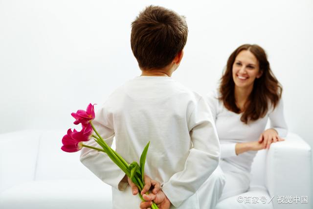 男孩公园遇到同学,妈妈的高情商称呼,儿子对妈妈点赞又比心