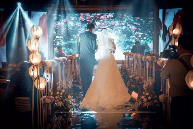 <b>她的婚礼什么都有,除了爱情</b>