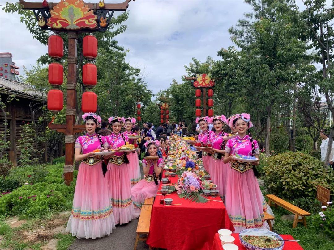 <b>鲜花也能当菜吃?快来,丽江千古情景区百花宴请游客</b>