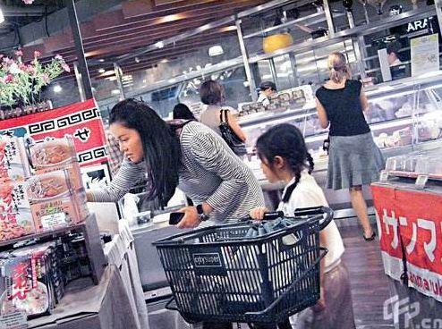 超市里,孩子拿了一颗葡萄吃,员工生气大骂,妈妈的做法值得学习