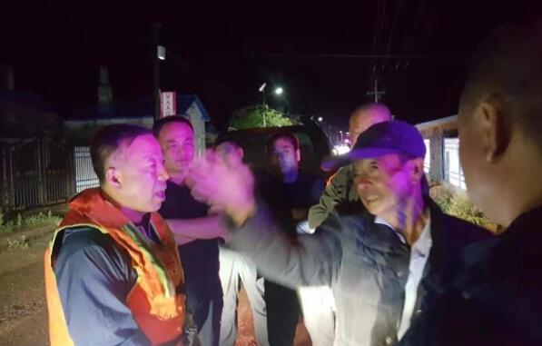 黑龙江省克东县公安局连夜转移800余名受灾群众