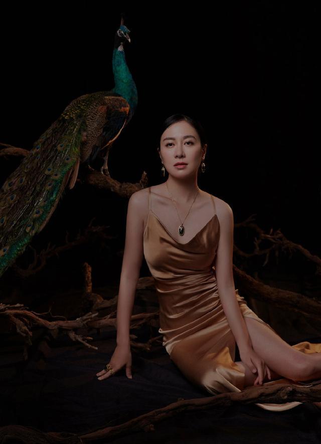 39岁叶璇秀身材,穿丝质吊带开叉长裙坐地上,美得让人心醉