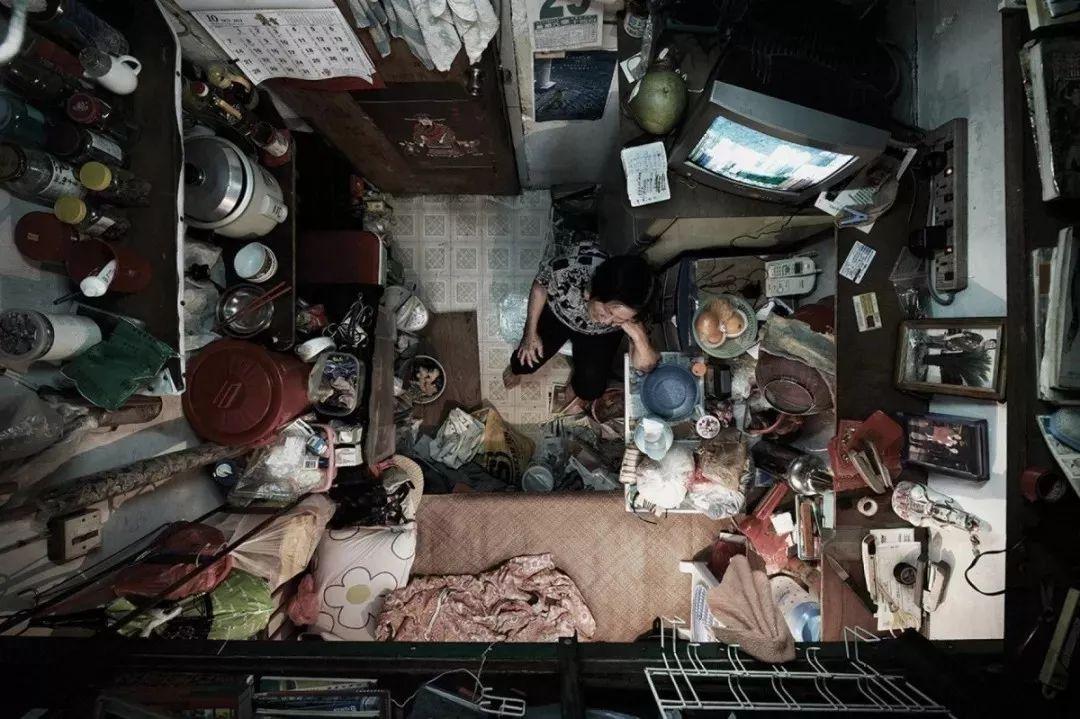 """没见过香港的""""棺材房"""",就别说自己过得不幸福"""