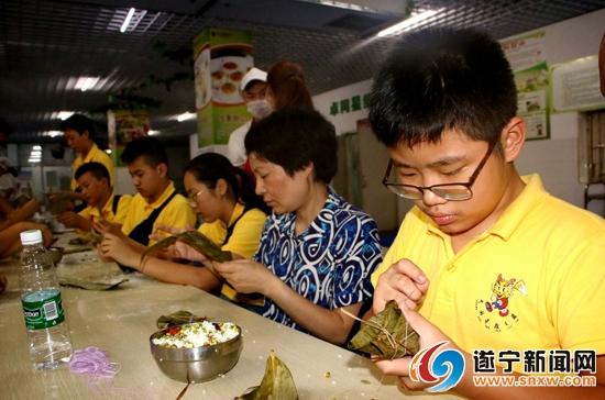 海外华裔青少年学习包饺子做汤圆 触摸中华饮食文化