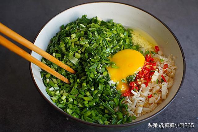 包韭菜盒子,我从不放粉条,更喜欢加这菜,3分钟做一锅,真香
