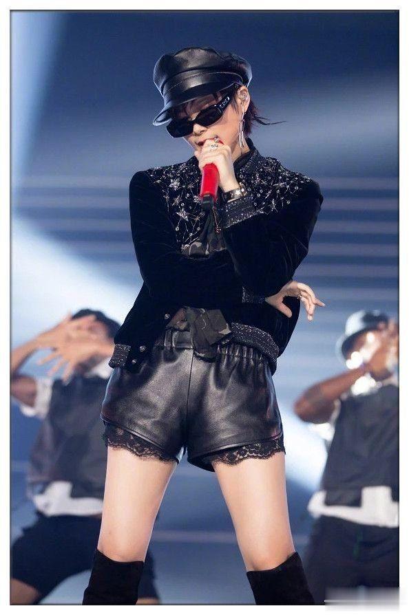 李宇春性感起来美炸舞台,穿蕾丝短裤大跳热舞,撩到你怀疑人生!