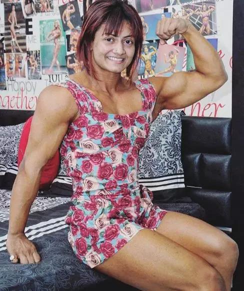 17岁印度女孩痴迷健身,练就麒麟臂、蝙蝠背,男人都自愧不如
