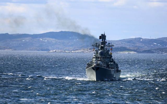 俄军战舰开进伊朗,封锁海岸线,断绝后路:美军航母急速后撤躲避