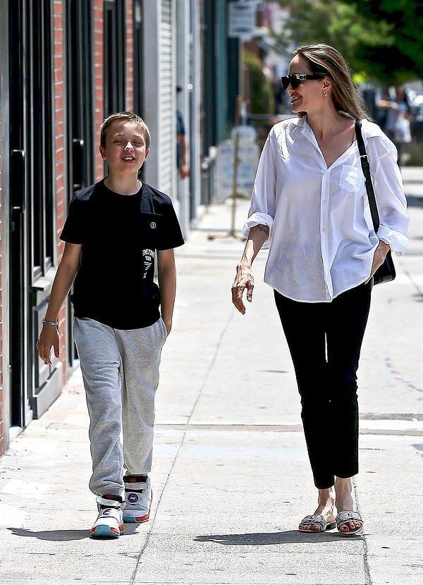 朱莉和约旦王后都爱穿白衬衫小黑裤!龙凤胎儿子走路姿势都像妈