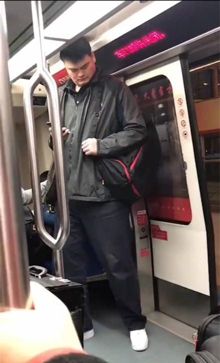 偶遇姚明坐地铁,网友惊呼:大姚只能假装玩手机来掩饰尴尬了
