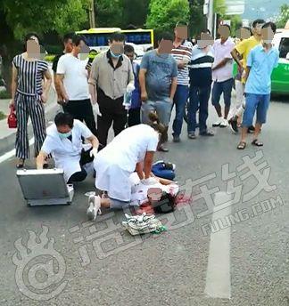 突发!涪陵温泉城附近一摩托车与越野车相撞,骑手当场倒地不起!