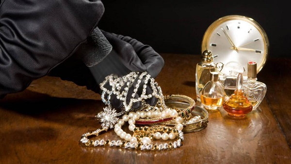 两女子假冒阿联酋王妃和女仆 在巴黎骗走巨额钻饰