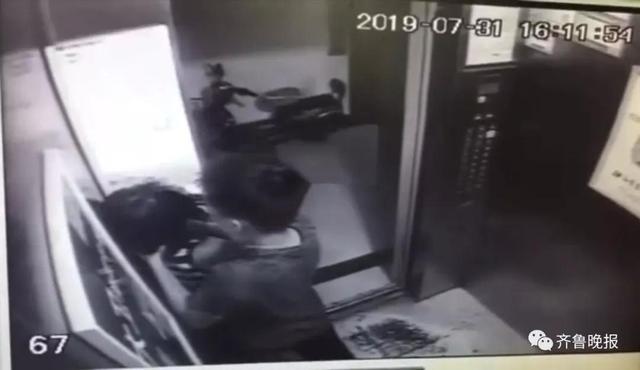 电梯里掐小女孩脖子22秒的人抓到了!只有14岁,打人原因令人气愤!