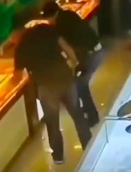 鄂尔多斯警方就金店劫案最高悬赏10万!两男子持枪腰绑黄色口袋