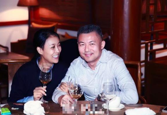52岁那英丈夫身价百亿,对那英前夫儿子视为己出,儿女双全好幸福
