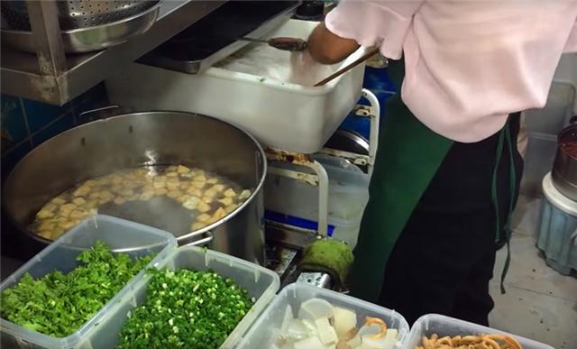 """女子街头卖""""地道""""小吃,8元一份供不应求,食客:这味忘不了!"""