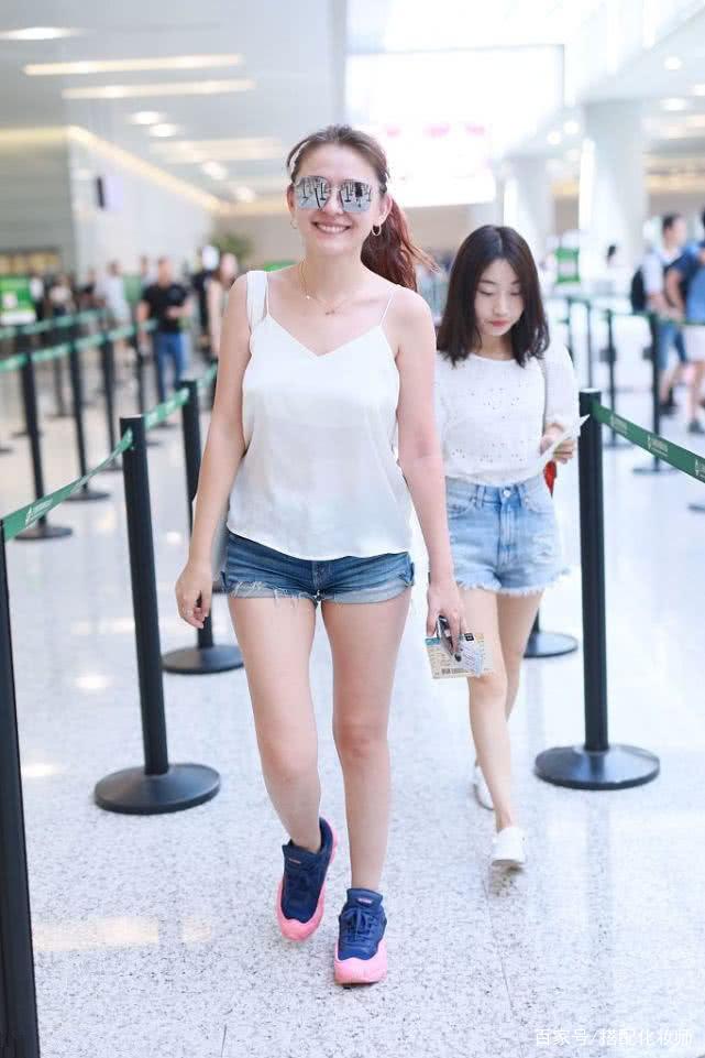 热依扎再现身,一件白衬衫搭针织裙,换成职业风穿搭也好美!