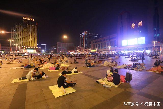 """酷暑凌晨3点的火车站:为省几十元住宿费,大批男女""""席地而睡"""""""