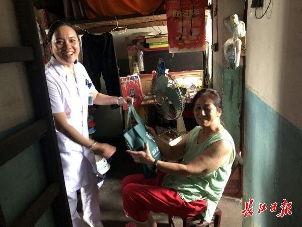孤寡老人紧急电话求助,卫生中心提供免费住院全程陪护