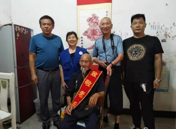安徽界首市志愿者为百岁抗战老兵过生日