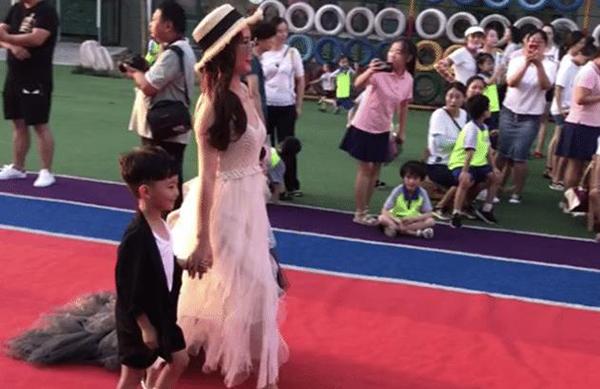 幼儿园毕业典礼,家长带娃走秀蹿红网络,网友:拼妈的时刻到了