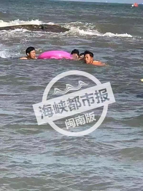 突发!晋江月亮湾一家三口落海!生死之间被他们救上岸!(附视频)