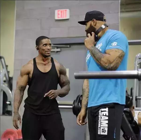 为减肥疯狂健身,3年体重下降超300斤,逆袭成健美冠军
