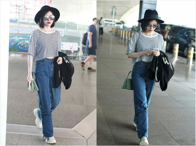 张靓颖厉害了,牛仔裤往上卷起30厘米,配T恤圆礼帽少女感十足
