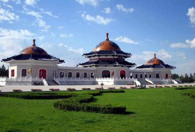 <b>内蒙古十大著名的旅游景点,成吉思汗陵是内蒙古最具特色的旅游景点之一</b>