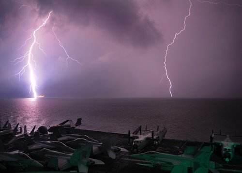 美军舰误触伊朗水雷 凌晨发动空袭航母参战 俄:今时已不同往日