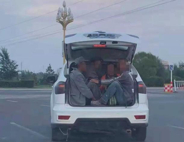 危险一幕!张家口一越野车后备箱装四男子,堂而皇之上马路!