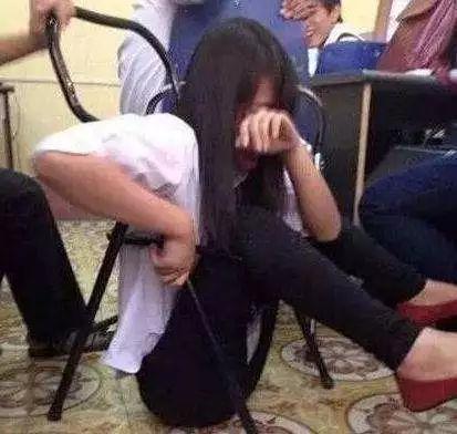 <b>搞笑GIF趣图:妹子,你怎么掉下去了,好心疼这个妹子啊</b>