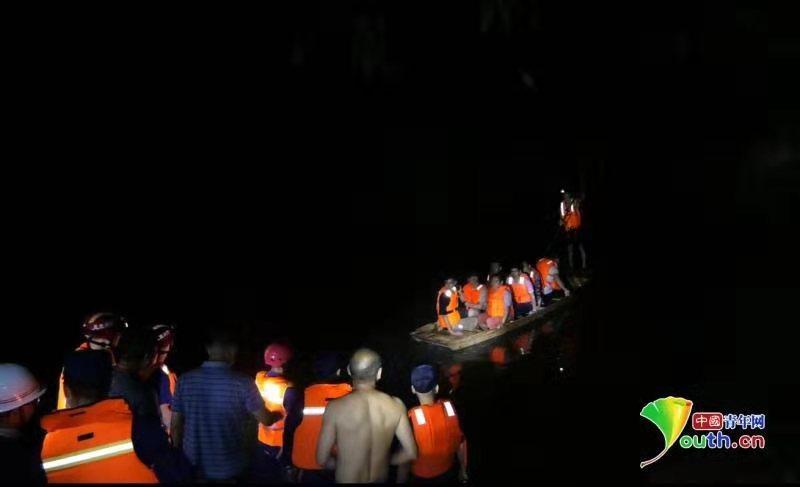 湖北恩施鹤峰发生山洪已致7死 10余人被困 消防成功救出23人